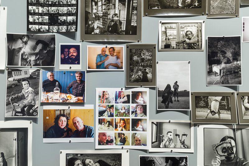 Babillard (détail), archives photographiques provenant de la collection personnelle des trois artistes, photo: Guy L'Heureux