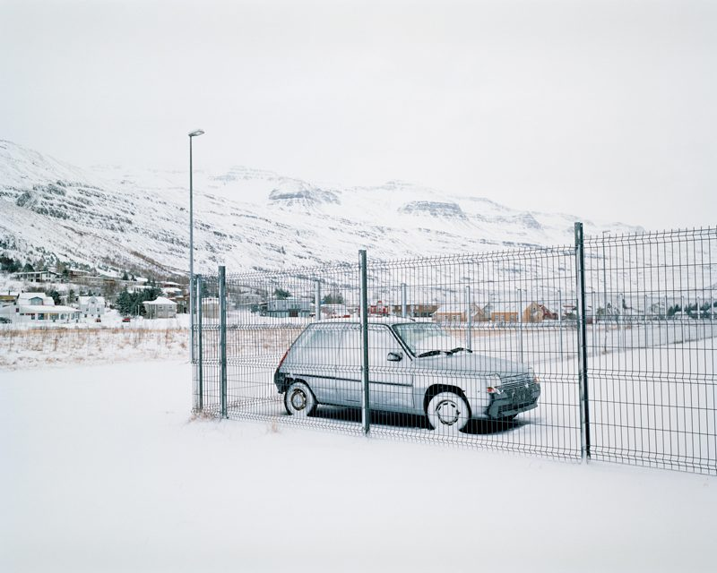 Jessica Auer, Car (January 12th), 2015 épreuve couleur / c-print, 41 × 51 cm, de la série / from the series January. Permission de / courtesy of Patrick Mikhail Gallery