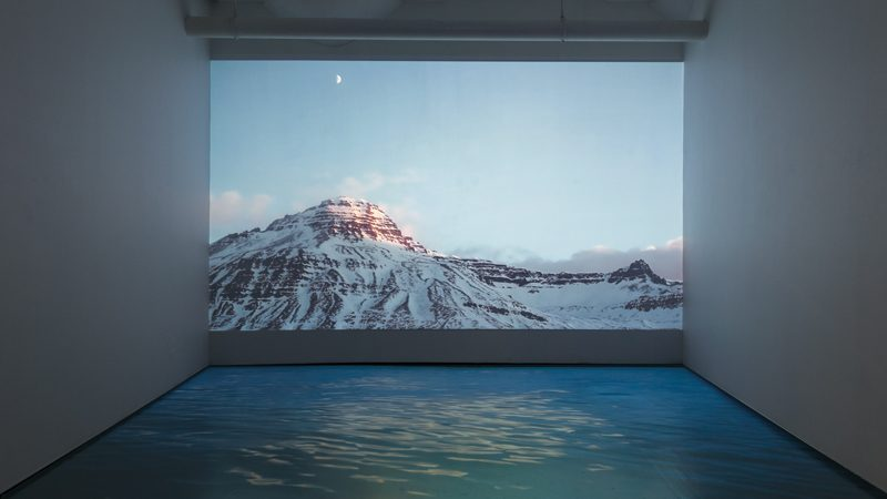 Jessica Auer, Where the Mountains Meet the Sun et/and Sunrise (January 20th), vue d'installation / installation view, 2015 vidéo HD / HD video, vinyle adhésif / adhesive vinyl. Permission de / courtesy of Patrick Mikhail Gallery