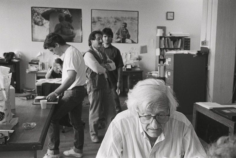 Marc Riboud, photographe présenté au / participating artist at Mois de la Photo à Montréal, dans les bureaux de Vox Populi, sept. 1989 / in the offices of Vox Populi, Sept. 1989 au 4060, boulevard Saint-Laurent. Photo : Alain Chagnon