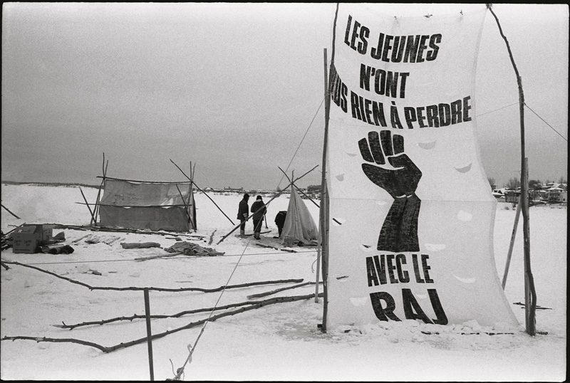 """Manifestation « Opération -30 °C » du Regroupement autonome des jeunes, lac Osisko, févr. 1985 / """"Opération -30 °C"""" protest by the Regroupement autonome des jeunes, Osisko Lake, Feb. 1985. Photo : Marcel Blouin"""