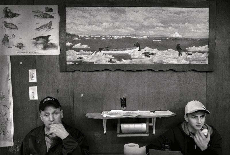 Yoanis Menge, Dildo, Terre-Neuve, 2013. De la série / from the series HAKAPIK, 2012-2015. 35 épreuves argentiques / 35 gelatin silver prints, 60 × 91 cm ou/or 60 × 163 cm.