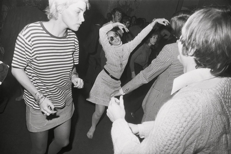 """Garry Winogrand, Opening, """"Spaces"""" Exhibition, The Museum of Modern Art, New York, 1969, printed 1970s / imprimé dans les années 1970, 28 × 36 cm, gelatin silver prints / épreuves argentiques collection of the / de l'Art Gallery of Ontario purchased thanks to / acheté grâce à Martha LA McCain, 2015. © The Estate of Garry Winogrand, courtesy / permission Fraenkel Gallery, San Francisco"""