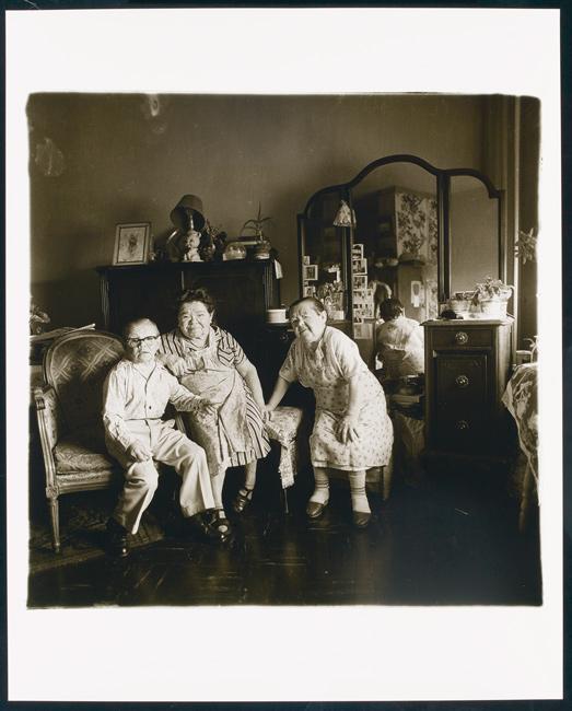 Diane Arbus, Russian midget friends in a living room on 100th Street, N.Y.C., 1963, 1963, printed later / imprimée ultérieurement, gelatin silver print / épreuve argentique, 38 × 38 cm, private collection / collection privée, Toronto