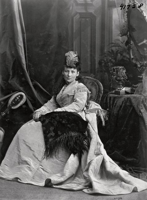 Wm. Notman & Son, Annie G. McDougall dans le studio de Notman, Montréal / Annie G. McDougall in Notman's studio, Montreal, 1888, négatif sur verre inversé / reversed glass plate negative. © Musée McCord / McCord Museum