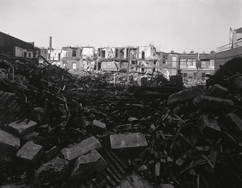 David Miller, Demolition of Hutchison St. and Av. du Parc S. of Prince-Arthur, 30 October 1972, de la série / from the series Milton Park, 1970-1973, épreuves argentiques virées au sélénium / silver prints with selenium toning