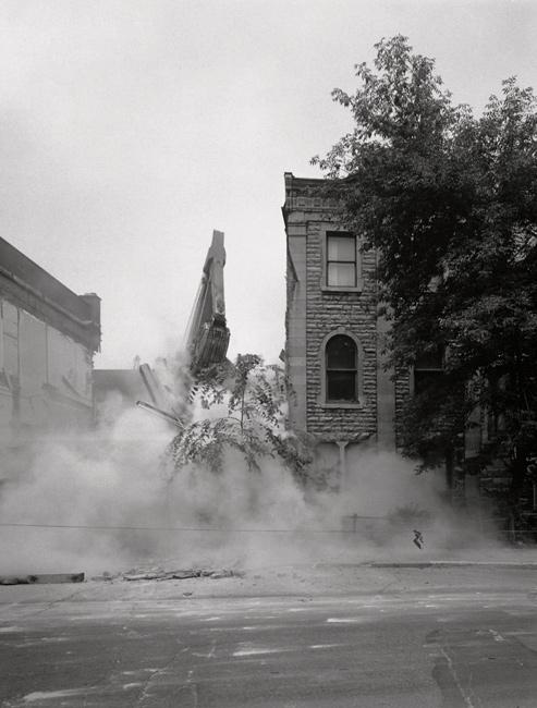 David Miller, Demolition of 3581/83 Hutchison St., 27 April 1972, de la série / from the series Milton Park, 1970-1973, épreuves argentiques virées au sélénium / silver prints with selenium toning
