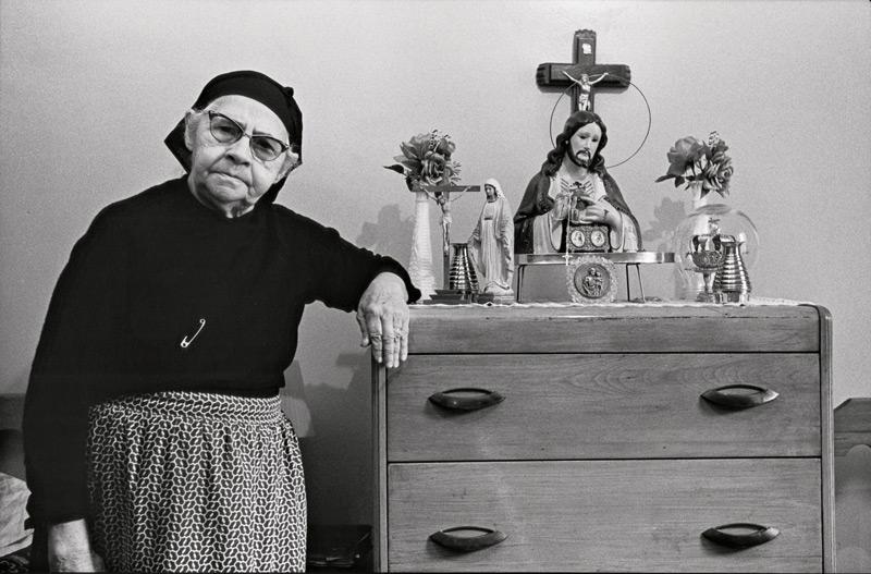 Claire Beaugrand-Champagne, Portugaise dans sa chambre, Montréal, 1974, épreuves argentiques / silver prints