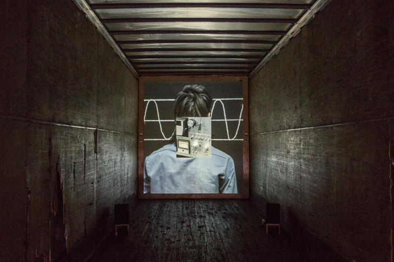 Sébastien Cliche, Le ruban, 2016, installation vidéo Hd, en continu avec déroulement aléatoire, intégrée à une remorque de camion, créée pour l'évènement, photo : Sébastien Cliche