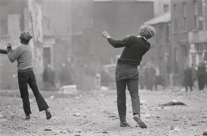 Gilles Caron, Manifestants catholiques, Bataille du Bogside, Derry, Irlande du Nord, 1969, silver print / épreuve argentique, 2006, 30 × 40 cm, Fondation Gilles Caron, Agence Gamma