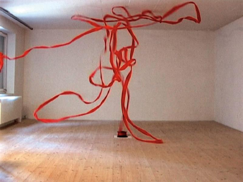 Roman Signer, Rote Band / Red Tape, 2005, video, colour, sound, 2:07, vidéo, couleur, son, 2 min 7 s camera / caméra : Aleksandra Signer courtesy / permission de l'artiste et d'Art : Concept, Paris