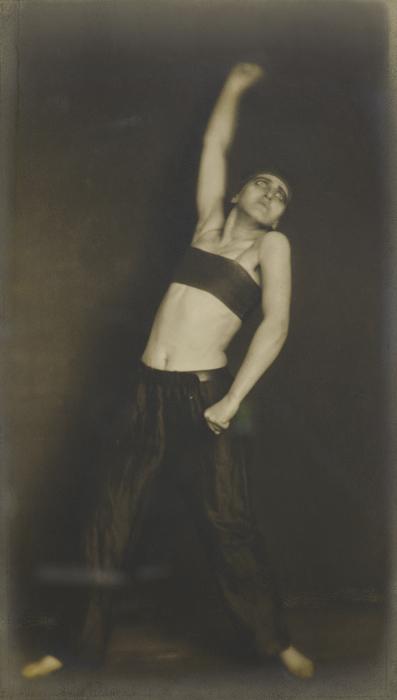 Germaine Krull, Die Tänzerin Jo Mihaly in « Revolution », Paris, 1925, silver print / épreuve argentique, 21 × 12 cm, Museum Folkwang, Essen
