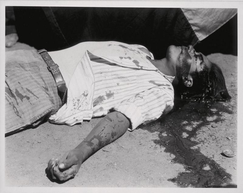 Manuel Álvarez Bravo, Obrero en huelga, asesinado, 1934 silver print / épreuve argentique 19 × 25 cm, Musée d'Art Moderne de la Ville de Paris, Paris