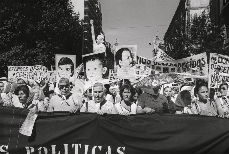 Eduardo Gil, Niños desaparecidos. Segunda Marcha de la Resistancia (Murdered children. Second Resistance March) Buenos Aires, December 9–10 / 9-10 décembre 1982 silver print / épreuve argentique, 50 × 60 cm, Eduardo Gil Collection