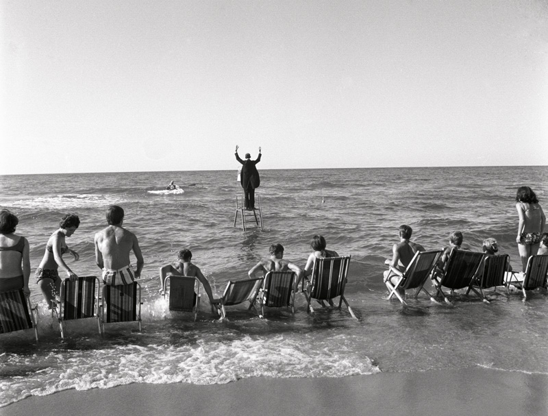 "Eustachy Kossakowski, ""Panoramic Sea Happening – Sea Concerto, Osieki"" by Tadeusz Kantor, 1967, digital pigment print / tirage jet d'encre pigmentaire, 45 × 56 cm, Musée d'Art Moderne de Varsovie"