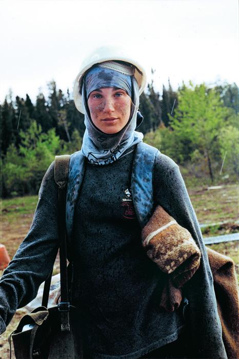 Sarah Anne Johnson, Nadine, de la série / from the series Tree Planting 2003, tirage / print 2007, épreuve couleur / colour print, 98 × 65 cm. Collection d'art canadien du Musée des beaux-arts de Montréal / The Montreal Museum of Fine Arts.