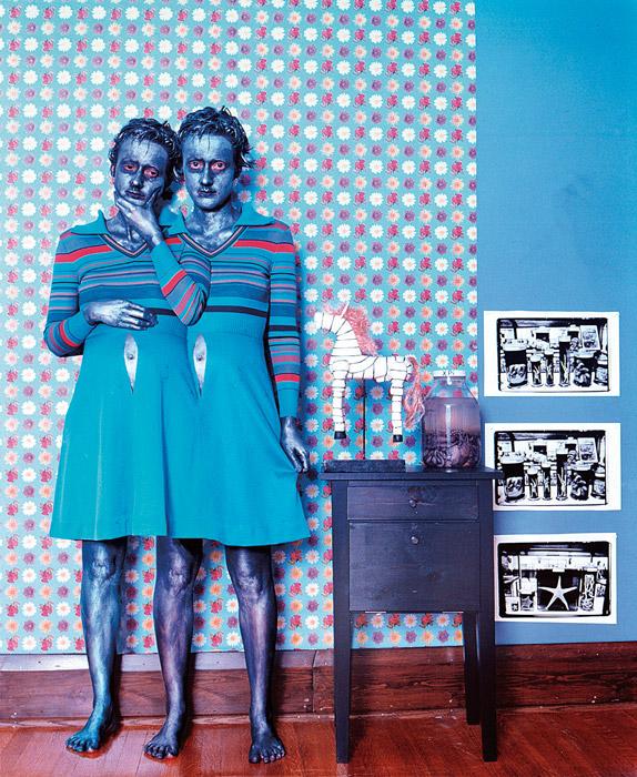 Janieta Eyre, The Sisters Sophie and Sarah de la série Motherhood, 2001, épreuve couleur / colour print, 93 × 76 cm. Collection d'art canadien du Musée des beaux-arts de Montréal / The Montreal Museum of Fine Arts.