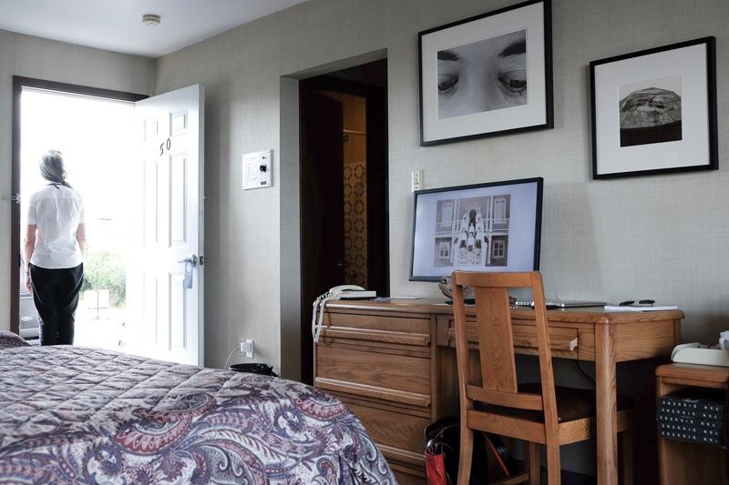 Yan Giguère, Visites libres, 2013, Chambre no.50 - Motel Carleton, vue partielle de l'installation, 2017. Photo : Yan Giguère, Rencontres internationales de la photographie en Gaspésie