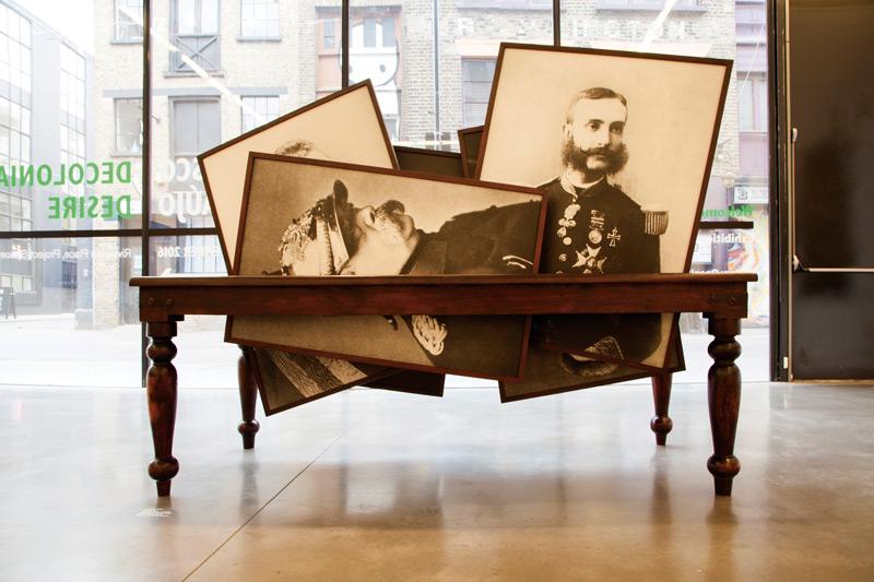 Vasco Araújo, Ethos 3, épreuves numériques et bois / digital prints and wood, 210 × 105 × 180 cm, permission / courtesy Galeria Francisco Fino, Portugal