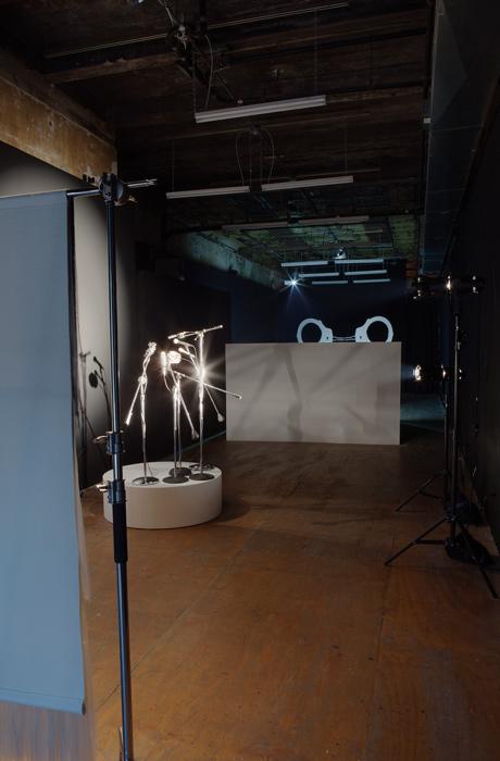 Pauline Boudry et Renate Lorenz, he ear r, 2017, microphones, projecteurs, scène rotative, vue d'exposition, photo : Mark Waldhauser