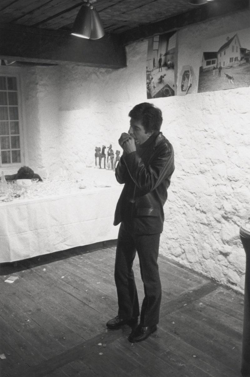 Gabor Szilasi, Leonard Cohen at the opening of the Morton Rosengarten exhibition at the Loyola Bonsecours Centre, Montreal, December 1966 / Leonard Cohen au vernissage de l'exposition de Morton Rosengarten au Loyola Bonsecours Centre, Montréal, décembre 1966