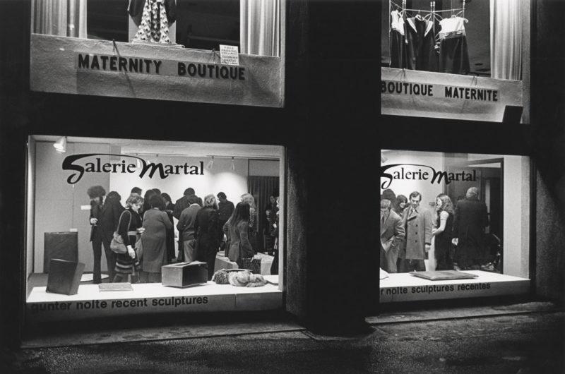 Gabor Szilasi, Exterior view of the opening of the Günter Nolte exhibition at the Galerie Martal, Montreal, March 1972 / Vue extérieure du vernissage de l'exposition de Günter Nolte à la Galerie Martal, Montréal, mars 1972