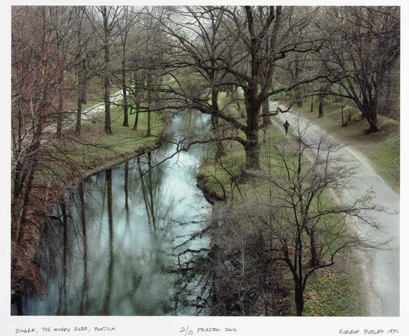 Robert Burley, Joggeur / Jogger, The Muddy River, Boston, de la série / from the series Frederick Law Olmsted en perspective / Viewing, Olmsted, 1990, épreuve couleur / colour print, 71 × 87 cm