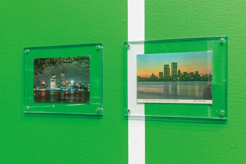 Luis Jacob, Sightlines, 2017. 57 vintage postcards and Chromakey Green mural painting / 57 cartes postales d'époque et peinture murale en vert Chromakey.