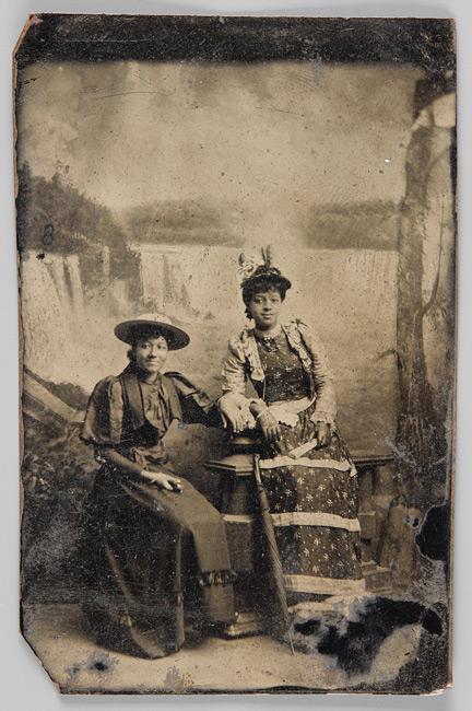 Unknown photographer / Photographe inconnu, Unidentified women / Femmes non identifiées 1870‒80, tintype / ferrotype, 7,5 × 5 cm