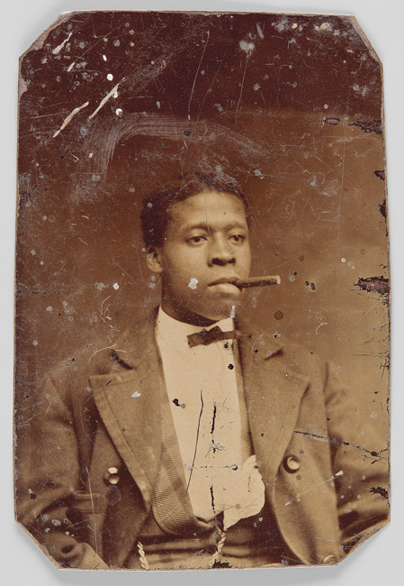 Unknown photographer / Photographe inconnu, Unidentified man with a cigar / Homme non identifié avec cigare, 1870‒80, tintype / ferrotype, 9 × 6 cm. Courtesy / permission Brock University Archives Richard Bell Family Fonds, Art Gallery of Ontario / Musée des beauxarts de l'Ontario, 2017