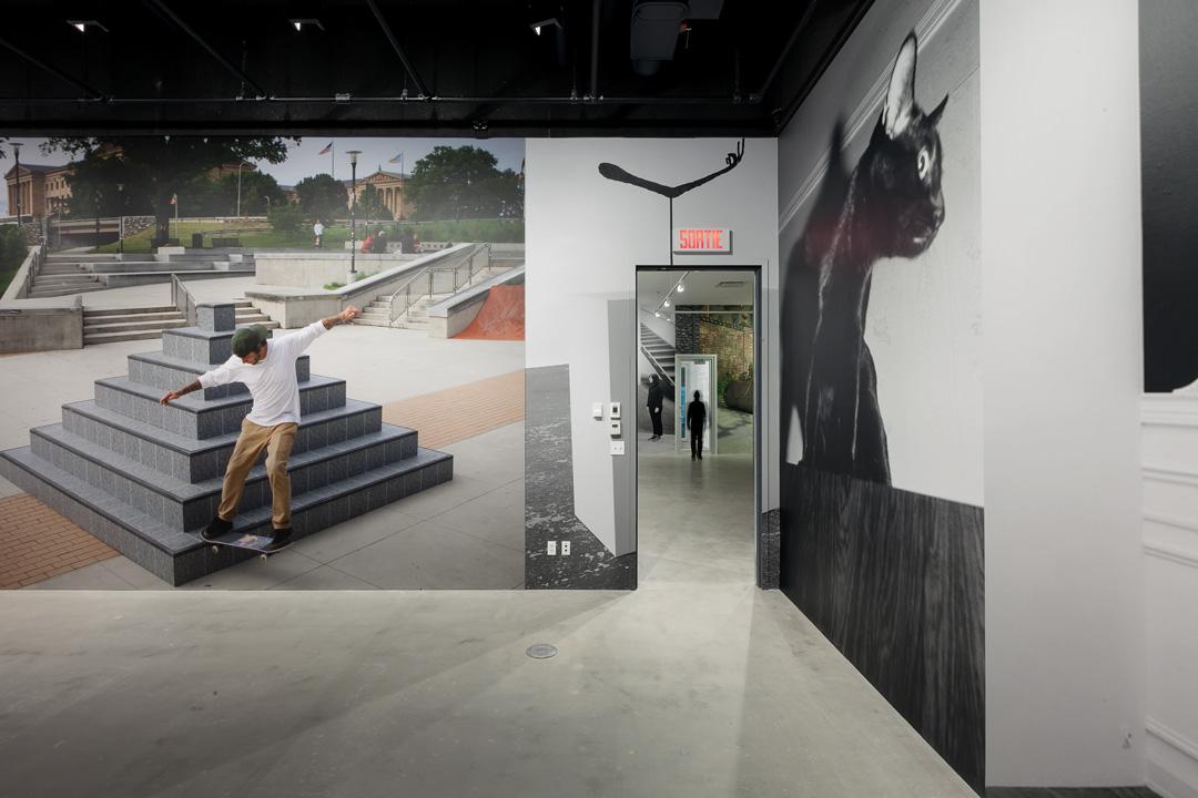 Jonathan Monk, Exhibit Model Three, 2017-2018, vues de l'exposition / exhibition views. VOX, centre de l'image contemporaine, Montréal, photos : Michel Brunelle