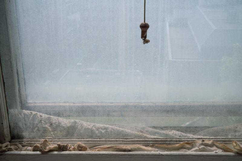Raymonde April, Détail d'une fenêtre, Hôpital Royal Victoria / Detail of a Window, Royal Victoria Hospital, 2017 91 × 137 cm. Impression jet d'encre (encres archive) / inkjet print with archival inks, Centre des arts et du patrimoine RBC / RBC Art and Heritage Centre.