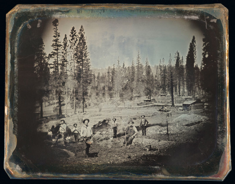 Unknown photographer, Outdoor view of a group of unidentified miners in the mountains in California, c. 1850, daguerreotype, toned with gold, 11 × 14 cm, photo: CIP/NGC