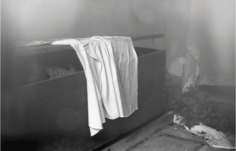 Natascha Niederstrass, Suaire, cercueil et cadavre, 2017, inkjet print, 87 × 122 cm
