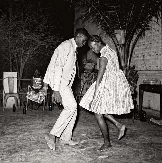 Malick Sidibé, Nuit de Noël, 1963, tirage gélatino-argentique, 101 × 101 cm, Collection Fondation Cartier pour l'art contemporain, Paris