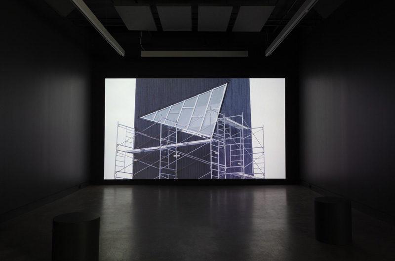 Myriam Yates, Island, Lyle, 2016, vue d'exposition/exhibition view, vidéo/video. Photo : Marilou Crispin.