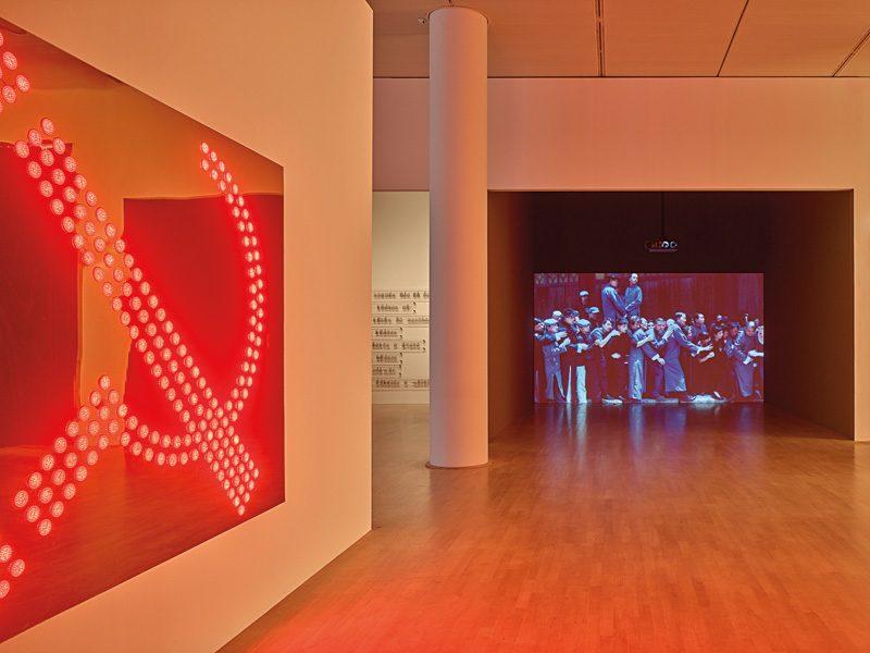 Marks, 2011, installation lumineuse sur panneau plastifié, 185 × 244 cm ; Re-Run, 2013, vidéo en boucle, 8 min, photo : Achim Kukulies