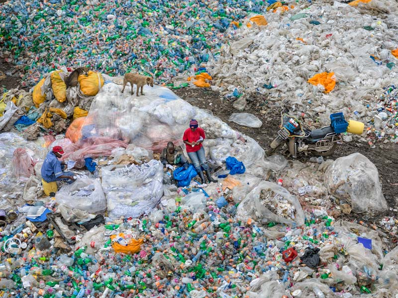 Edward Burtynsky, Dandora Landfill #3, Plastics Recycling, Nairobi, Kenya, 2016, impressions jet d'encre / inkjet prints, 149 × 198 cm, © Edward Burtynsky permission / courtesy Nicholas Metivier Gallery, Toronto.