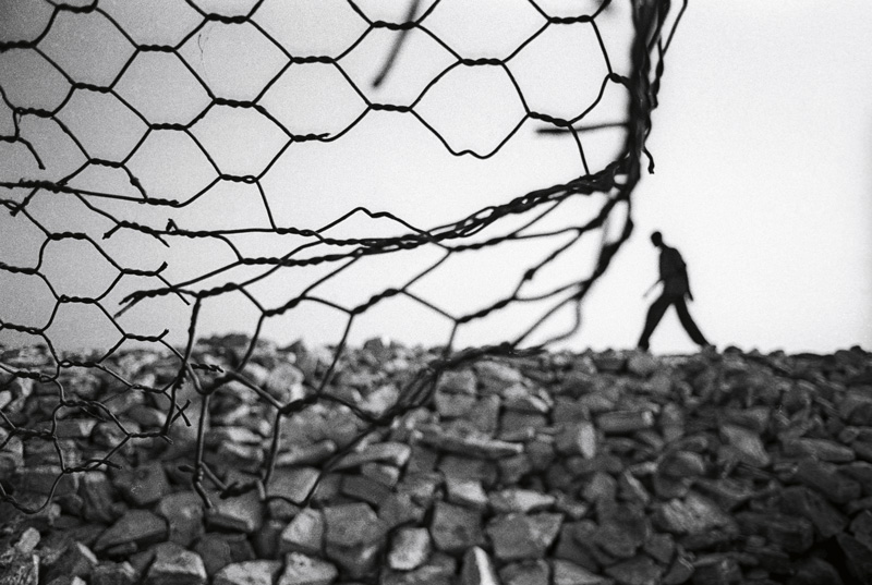 """Boubacar Touré Mandémory, Rufisque, 1995 « Pour une fois, les Lébous ont le mal de mer ; quelques morceaux de pierres de Rufisque et une portion de grillage pour prétendre arrêter l'avancée de la mer. » """"For once, the Lebu people are seasick; a few pieces of pieces of stone from Rufisque and a portion of wire fencing purport to hold back the advancing sea."""""""