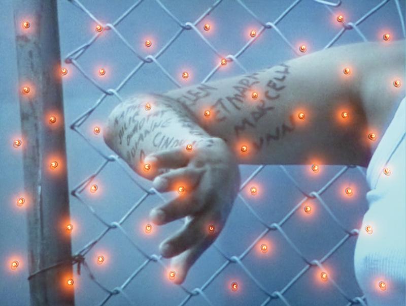 Rebecca Belmore, The Named and Unnamed, 2002, projection vidéo et ampoules, 240 × 316 × 32 cm, collection du Musée des beaux-arts du Canada, photo : Howard Ursuliak/Morris and Helen Belkin Art Gallery