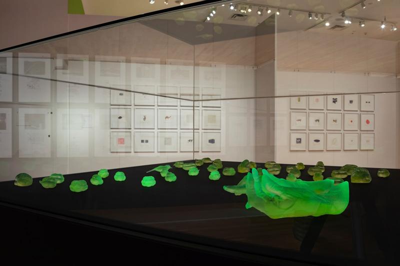 Mary Kavanagh, Hands, to Hold, 2019, cast uranium glass, mix of incandescent and ultraviolet light / verre d'uranium moulé combinaison de lumières incandescente et ultraviolette