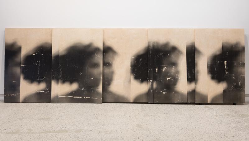 Sandra Brewster, Untitled (Blur, Self), 2015 – 2016, photographie transférée sur bois / photography transferred onto wood, cinq panneaux / five panels, 152 × 1012 cm chacun / each, permission de / courtesy of Sandra Brewster et / and Georgia Scherman Projects