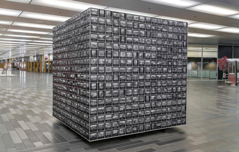 MarcAntoine K. Phaneuf, Dédales d'almanachs, 2020, 244 × 254 × 254 cm, dans le cadre d'Art souterrain : Reset et des Saisons du Palais, Palais des congrès de Montréal, photos : Guy L'Heureux