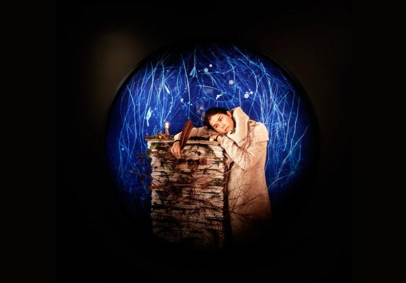 Meryl McMaster, Lorsque la tempête cessera je terminerai mon travail / When The Storm Ends I Will Finish My Work, 2021, tirage sur papier à développement chromogène / print on chromogenic paper, 148 cm de diamètre / in diameter, photo : Marilyn Aitken